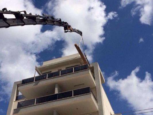 הנפת ציוד לקומה חמישית11